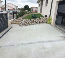 Vue général rampe d'accès au garage et accès piétonnier à la maison
