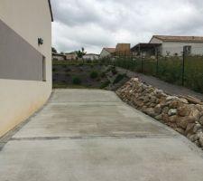 Parking extérieur avec vue sur accès jardin arrière maison