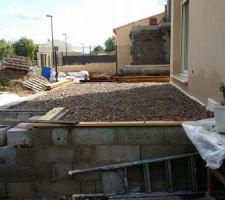 Le remplissage terminé, on met de niveau avec du gravier 16/24 recyclé (3 tonnes)