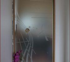 porte galandage verre 10mm serigraphiee avec insufflation de cristaux de verre couleur de chez eclisse modele fusione