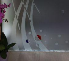 sdb1 porte galandage verre 10mm serigraphiee avec insufflation de cristaux de verre couleur de chez eclisse modele fusione