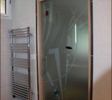 SDB3: Porte galandage verre 10mm sérigraphiée avec insufflation de cristaux de verre couleur de chez Eclisse modèle Fusione