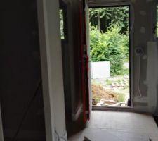 L'entrée de la maison. vivement les escaliers