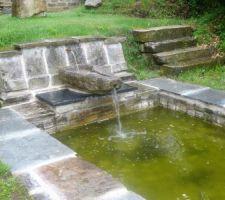 Pour notre terrain pentu, une idée de fontaine possible ( vu en Bretagne )
