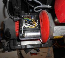 Démontage du condensateur de démarrage (le cylindre au premier plan)