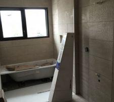 La salle de bain avec son carrelage Neolith Caramel et Neolith Sense derriere chaque lavabo et sur le tablier de baignoire