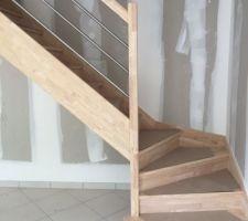L'escalier est pose! Il est beau!!