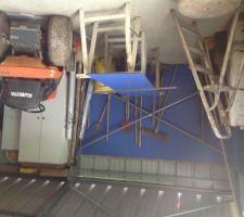 Impossible de travailler dehors : Gérard continue de doubler le hangar avec du statififié compact sur lequel il installe des étagères