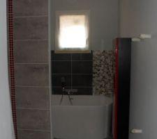 sdb principale reste a rectifier le miroir qui n est pas centre au meuble et camoufler le trou sur le cote