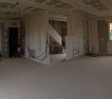 vue panoramique de la piece a vivre avec de gauche a droite la cuisine l entree et le salon