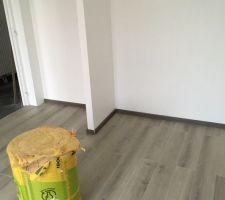 voila les photos des parquets des chambres un gris clair pas trop fonce achetee casto