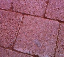 Les joints remplis de sable ( la couleur des pavés est faussée par le sable rouge qui traîne dessus )