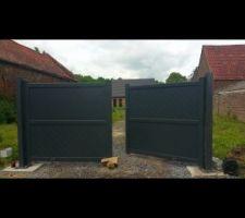 Poteaux fabrication maison. Portail en Alu avec motorisation électrique + kit solaire 24v