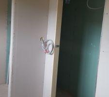Entrée de la salle de douche de la chambre du bas avec porte à galandage