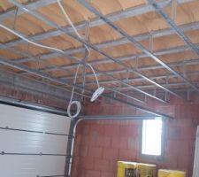 Plafond garage...rail posé. ..dommage l aspect inesthétique intérieur avec les coulures. ..