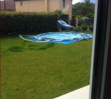 Installation de la piscine ne espérant en profiter un peu....