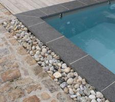 Achats des finition de la piscine avec bordure Pierre de lave.
