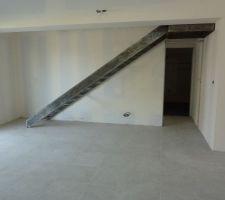 bonjour le chantier avance bien la semaine derniere l escalier est arrive je l ai dessine avec une pente assez faible pour que je puisse l utiliser facilement l aspect va rester identique a la photo une couche de vernis en plus les marches seront en bois clair et la rambarde est en cours
