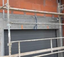 Trame au dessus de la porte de garage