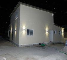 eclairage exterieur de l arriere de la maison photo prise avec flash
