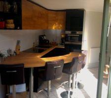 Photo d'une cuisine réalisé par Schmidt.  Les tabourets viennent de Home24.