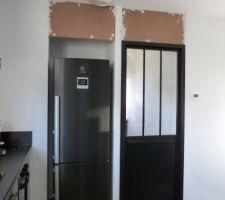 Fermeture du cellier et du haut de la niche du frigo avec du médium...