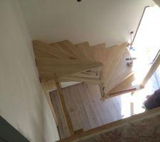 debut du montage de l escalier 1 2 tournant en frake jaune bois exotique
