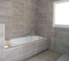 vue sur baignoire de la salle de bain principale