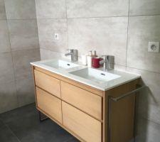 Meuble salle de bain en place !
