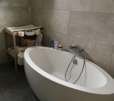 Côté baignoire... Avec table à langer Ikea