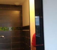 Pose de la porte coulissante intégrée au mur entre la salle d'eau et la chambre du bas.