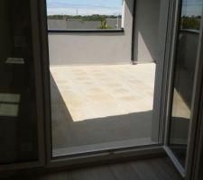 la piece de l etage avec vue sur la terrasse