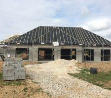 installation des planches de rives et sous faces noires et installation sous toiture terminee contre lattage en cours