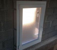 Pose des ouvertures - Fenêtre escalier oscillo-battante 70