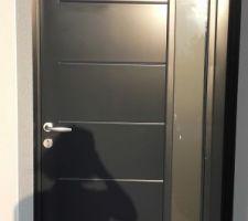 porte d entree nettoyee 3 griffes recensees dont une belle au niveau de l entourage du vitrage