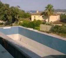 Pose des margelles et du carrelage de la piscine