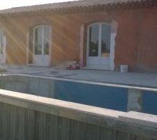 Pose du carrelage de la piscine