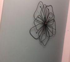 une fleur en metal pour la deco du couloir du haut