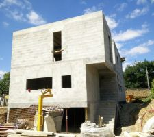Une fois les acrotères finis, la façade Est est bien conforme aux vues 3D, aux couleurs et menuiseries près !