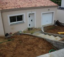 entree principal descente escalier beton et entree de garage amenagement jardin en cours de reflexion