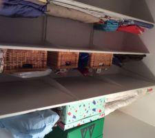Aménagement du dressing avec la serie Ikea Algot, idéale pour les espaces sous-pente