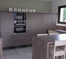 Et voilà la cuisine posée mercredi 10 Août :-D reste les plinthes à poser demain