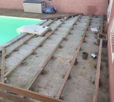 structure du 2 eme petit cote terminee avec une trappe de visite pour l evacuation des eau de pluie et eau de la piscine quand les enfants chahutent