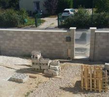 Notre mur de clôture (2m)en attente portail