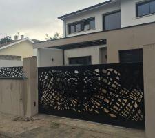 le portail et les palissades ajoures selon le plu en acier noir 9005