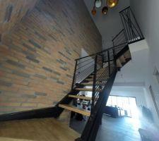 Les suspensions du vide sur séjour style Tom Dixon et l'escalier industriel en UPN et chene
