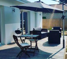 Habillage de la terrasse fini et parasol installé :)