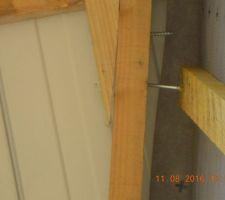 une autre photo de la charpente avec des pointes pas enfoncees celle qui depasse le plus elle ne traverse pas la poutre et n atteint pas l autre poutre qui est en pointe