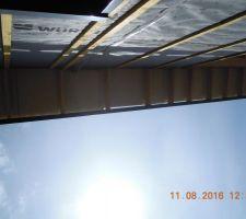 sur la partie la plus haute de la maison c est un toit a un pan voyez l alignement du bac acier cela n a pas de consequences pour la suite je trouve cela un peu choquant est ce normal