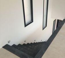 Escalier en pierre avec bande de retour sur palier